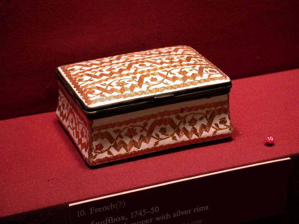 Snuffbox with Trellis Patterns