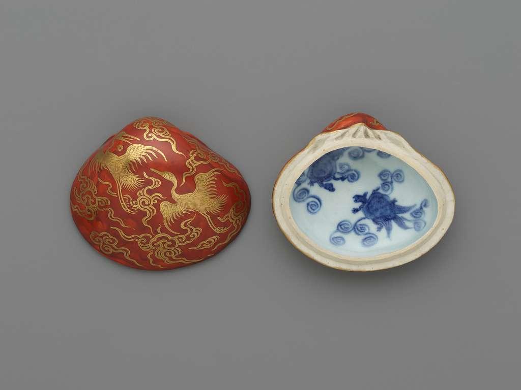 永樂保全作 金襴手貝形香合 Incense Container (Kōgō) in the Shape of a Clamshell, with Cranes and Tortoise Motifs