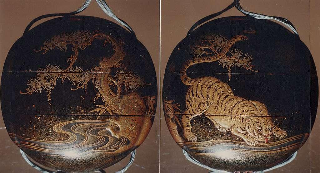 虎蒔絵印籠 銘近秀 Inrō with Tiger Drinking from a River beside Rocks and Pine Tree